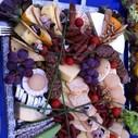 Spezialitätenplatte mit edlen Käse-, Salami- und Schinkensorten