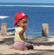 Urlaub reisen mit Baby, Checkliste Urlaub mit Baby und Kleinkind, Was sollten Eltern bei Reisen mit Babys beachten. Was hilft beim Druckausgleich bei Babys im Flugzeug.
