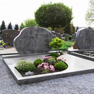 Grabmal, Einfassung und Abdeckplatten aus Himalaya poliert
