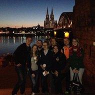 Gruppenbild vor der Skyline von Köln
