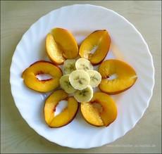 , Muster aus Obst und Gemüse legen. Obstblumen gestalten um Kindern mehr Appetit auf Obst/Früchte zu verschaffen. Wie kann ich mein Kind überzeugen mehr Obst und Gemüse zu essen? Mit unseren kreativen Obstideen macht das Essen Spaß.Obst und Gemüse für Kindergeburtstag kreativ schneiden und dekorieren, Tiere aus Obst legen, Wie kriegen Kinder Lust auf Obst? Tipps und Trick, wie Kinder gern Obst und Gemüse essen.