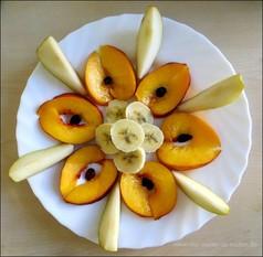 Obstmandala aus Früchten wie Ananas, Kiwi, Nektarien, Bananen und andere Früchte kreativ schneiden und dekorieren, Ideen aus Obst für Kindergeburtstag oder wenn Kinder schlecht Obst essen