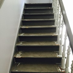 Hier sehen Sie die Treppe vorher