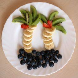 kreative Figuren aus Obst und Gemüse - hier eine Obstpalme