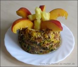Ananas und anderes Obst dekorativ schneiden, Obst und Gemüse für Kindergeburtstag kreativ schneiden und dekorieren, Ananasfigur