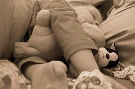 Hier erhalten Sie hilfreiche Tipps, welche Einschlafrituale beim Einschlafen helfen. Link zum kostenlosen Download von Schlafliedern, Schlaflieder kostenlos herunterladen, Sicherer Babyschlaf, Bauch oder Rücken? Tipps für gutes Einschlafen.