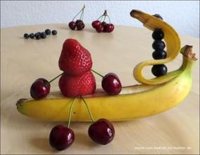 Figuren aus Obst, Obst garnieren und dekorieren, Dekoideen für Obst und Gemüseteller zum Kindergeburtstag oder Geburtstag, Erbeermännchen, Bananenboot