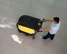 Reinigungsmaschine mit Reinigungsperson - zu den Informationen übers Team