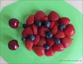 Marienkäfer aus Obst, Marienkäfer aus Erdbeern und Blaubeeren, Marienkäfer dekorieren,Figuren aus Obst, Obst garnieren und dekorieren, Dekoideen für Obst und Gemüseteller zum Kindergeburtstag oder Geburtstag