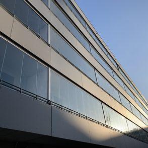 Stahlgeländer mit Eternitfüllung in Kombination mit Prallscheibensystem von Solarlux