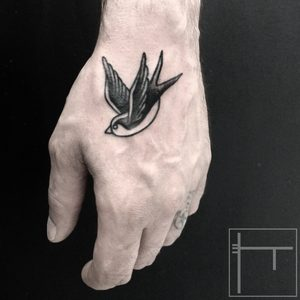 Koukos Selfmade Tattoo Berlin blackwork linework swallow bird oldschool vegan walkin