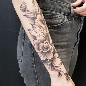 Selfmade Tattoo Berlin Angie Rimmel Vegan Walk In Neotraditional Black Flower Blume
