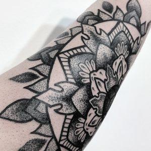 Koukos Selfmade Tattoo Berlin dotwork linework geometrie mandala flower vegan walkin