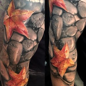 Selfmade Tattoo Berlin Zsofia Belteczky stone leaves star stein