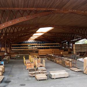 Regelmäßige Wartung und Reparaturen am Dach der Lagerhalle der Firma Bauer Holz in Berlin-Spandau