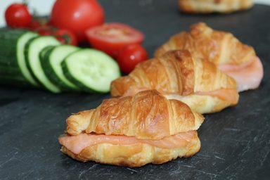 Mini-Croissants mit Räucherlachs und einem Hauch Sahne-Meerrettich