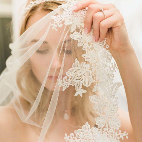 Brautschleier mit Spitze im großen Brautmodengeschäft Princess Dreams in Berlin