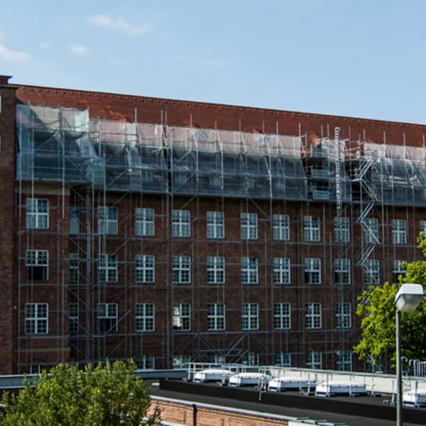 iemens AG im Auftrag der SPIE GmbH, Nonnendammallee 104-108 13629 Berlin. Windsogsicherung der gesamten Dachfläche, sowie erneuern der Gauben am Hauptgebäude der Siemens AG.